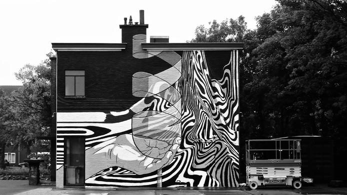 Muurschildering 'Een hand met glas' op een van de muren van wine- en foodbar Glaswerk aan de Fokkerhaven. Maker: Bier en Brood.