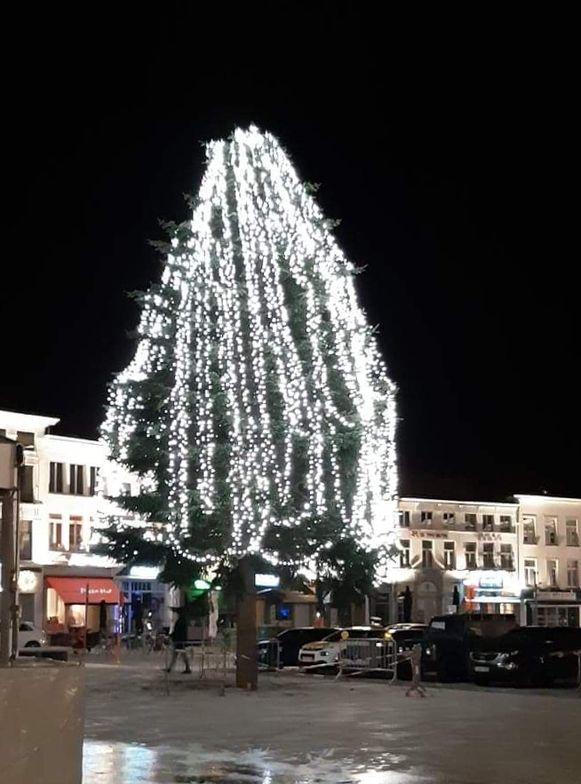 Twee jaar geleden liep het ook al eens mis met de kerstboom op de Oudenaardse Markt.  Toen leken de lampjes er wel in gegooid en liet de schepen die ook vervangen.