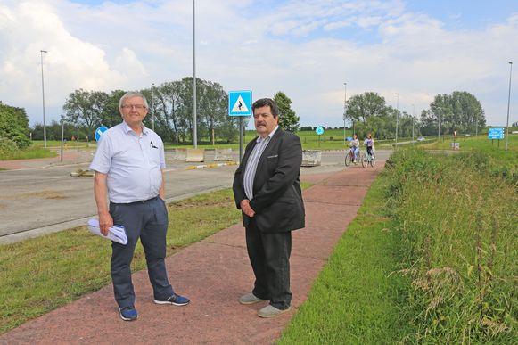 Jos Vrijders van ARMA en gemeenteraadslid Erik Beunckens aan de rotonde Huinegem. Hier vertrekt het traject van de tweede fase van de ringweg.