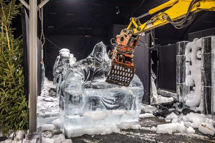 Wekenlang werkten carvers aan het maken van de ijsbeelden; grote grijpers veroorzaken nu een heuse beeldenstorm in de ijsbeeldenhal.