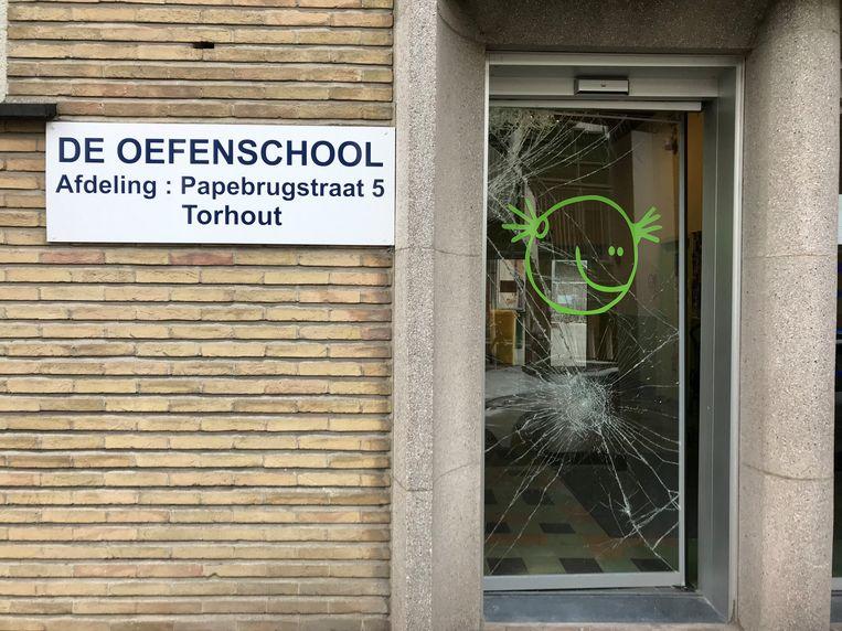Beklaagde Jens J. brak met bruut geweld de glazen toegangsdeur van De Oefenschool open.