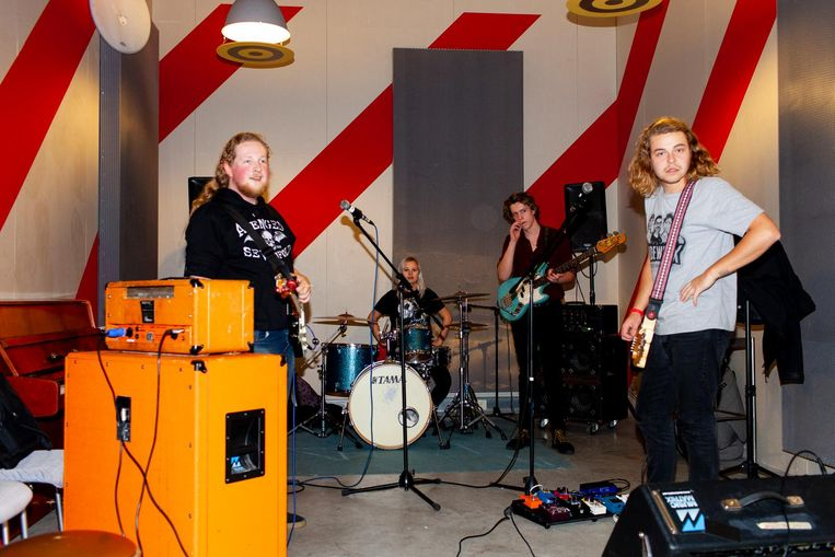 De band Two and a Half Girl. Vlnr: Daan Lutgerink, Anne Heijmeriks, Chris Walthaus, Pim Cruiming Beeld Renate Beense