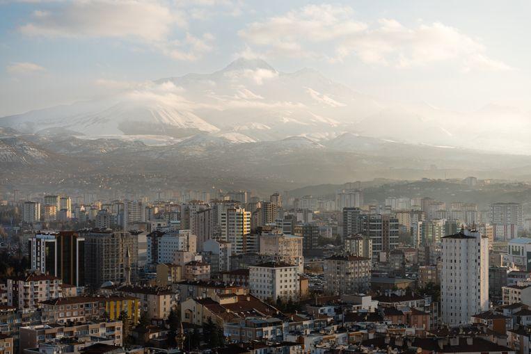 De stad Kayseri aan de voet van de besneeuwde Erciyes. Beeld Katja Poelwijk