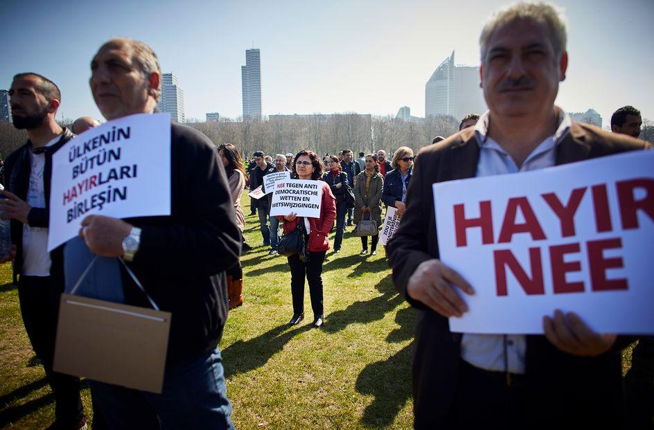 Voorzichtig demonstreert het turkse nee kamp op het for Turkse reisbureau den haag