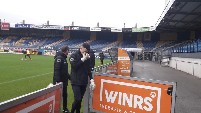 Etienne Vaessen verlaat aangeslagen het veld.