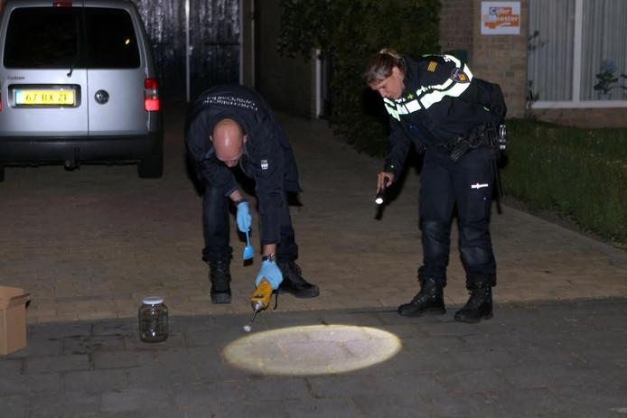 De politie onderzoekt de oprit van de overbuurman.