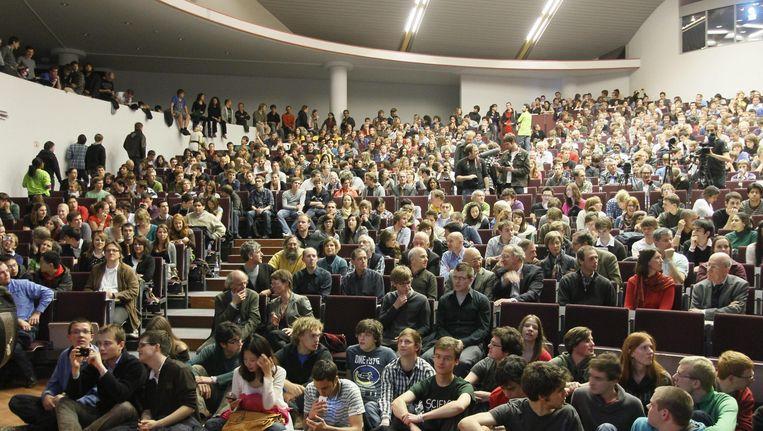 Studenten van de KU Leuven tijdens een gastlezing van Stephen Hawking.