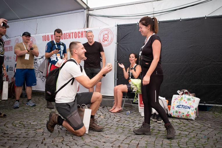 Aan de aankomst van de 50ste Dodentocht vraagt Joachim De Smedt zijn vriendin Isaura Sampoux ten huwelijk.
