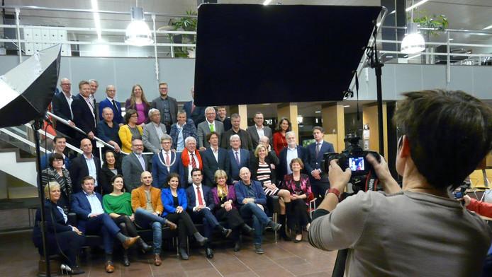 Een van de schaarse momenten van verbroedering als de voltallige Amersfoortse gemeenteraad in de hal van het stadhuis bij Annemoon van Hemel op de foto gaat.