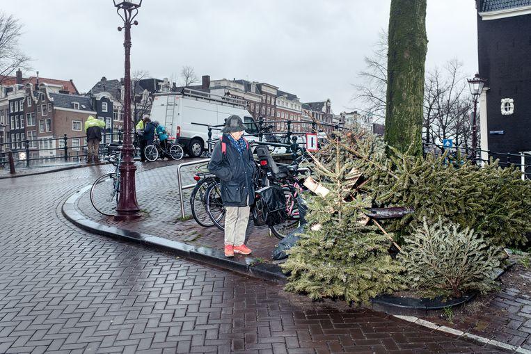 Kerstbomen op de hoek van de Prinsengracht. Beeld Jakob Van Vliet