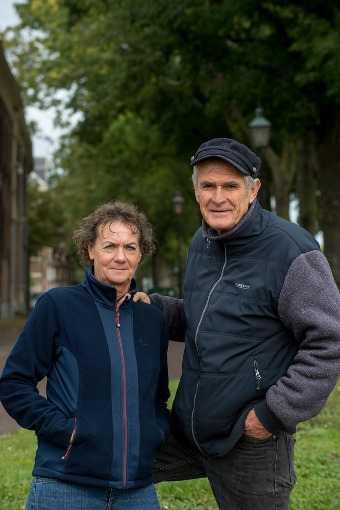 Alie en Gerard Duisterhof wandelen door Buren.