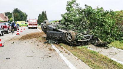 Auto over de kop na indrukwekkende crash in Ooike