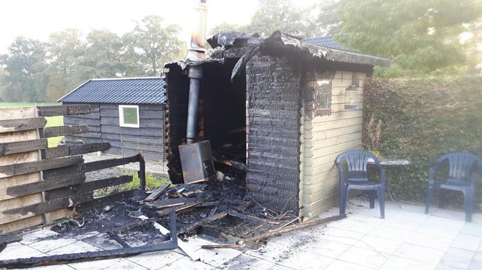De sauna achter de woning aan de Zwolseweg in Balkbrug werd door brand verwoest.