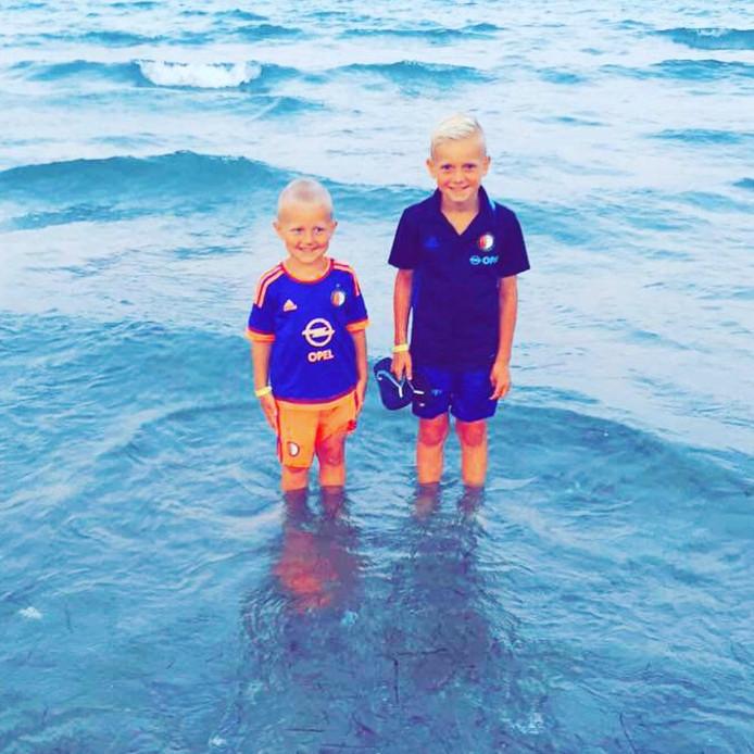 Sydney en Jessey uit Barendrecht gaan pootjebaden in Bulgarije. Wel uitkijken natuurlijk dat dat mooie shirt niet nat wordt…