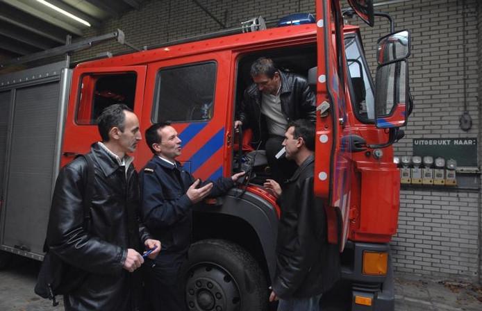 Brandweermannen uit Srebrenica krijgen uitleg van Maldense brandweercommandant. foto Do Visser/De Gelderlander