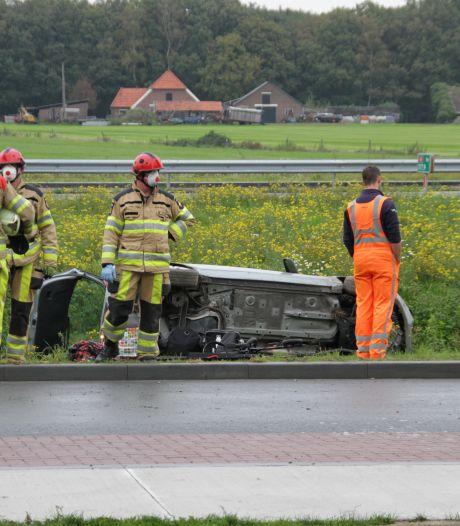 Verkeerde afslag op A1 bij Bathmen: Auto rijdt greppel in, twee inzittenden gewond