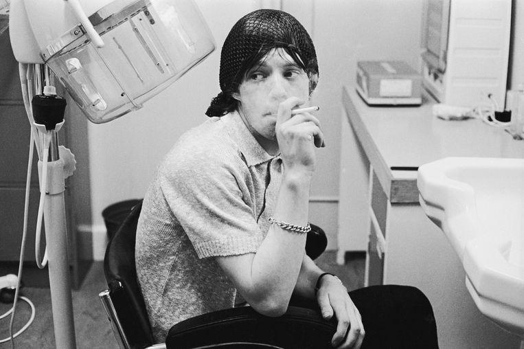 Mick Jagger in de BBC-studio voor aanvang van een tv-optreden, 11 november 1964.  Beeld Terry O'Neill / Iconic Images