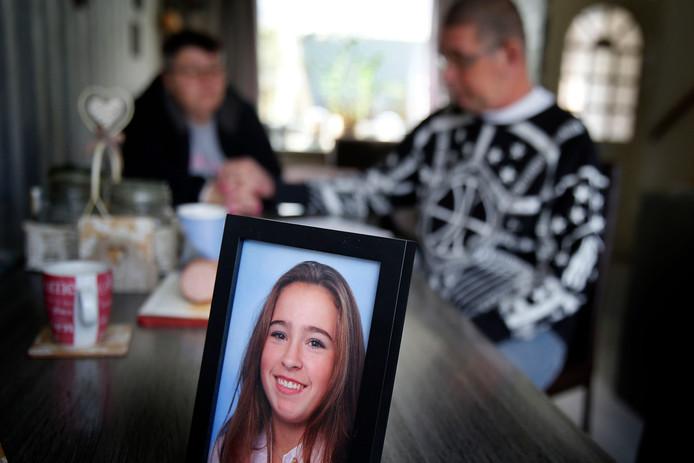 De 14-jarige Veronique Vroege wordt sinds vrijdag vermist. Haar vader en moeder zitten thuis te wachten op haar terugkomst.