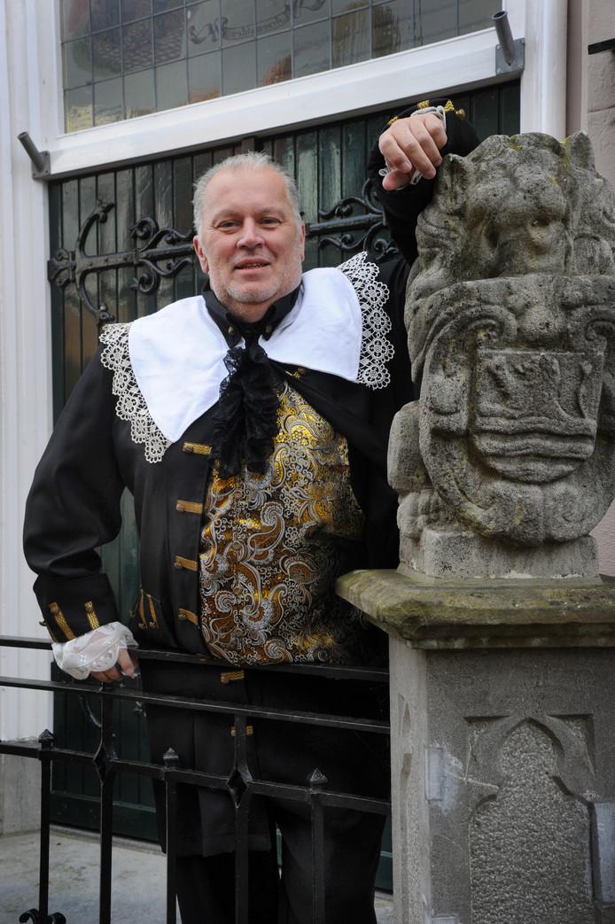 """Aarnoud de Molennaar verkleed als voorzitter van de Staten-Generaal van de Nederlanden in de tijd van Michiel de Ruyter."""""""