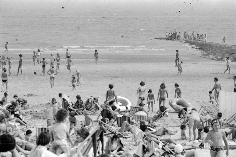 Mensen op het strand van Knokke-Heist in 1976.