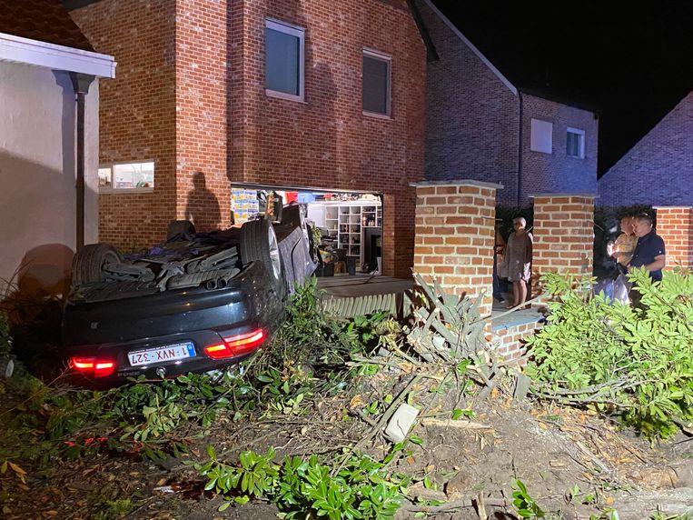 Het ongeval gebeurde op de Mechelsesteenweg in Rumst. De wagen belandde op zijn dak in een voortuin.