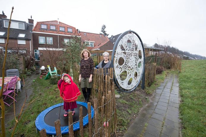 Mechteld Lureman met haar dochter en buurvrouw Janneke van Dijk (rechts).