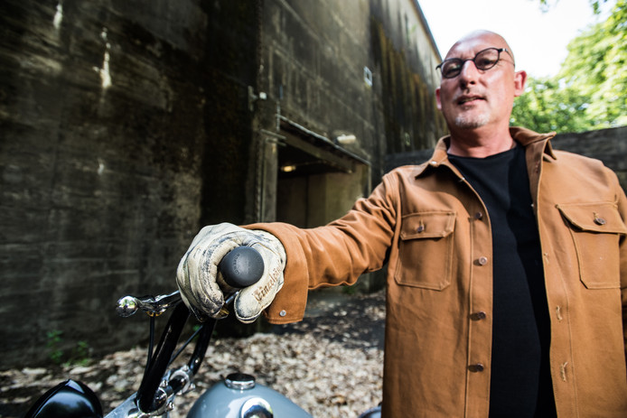Tim Olgers uit Velp is succesvol met het maken van vintage motorhandschoenen.