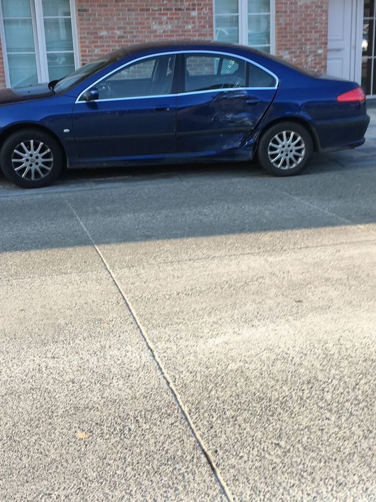 De Peugeot werd in de flank gegrepen.