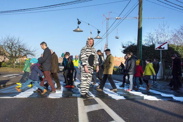 De bewoners legden zelf een 'tijdelijk' zebrapad aan met plastic folie.