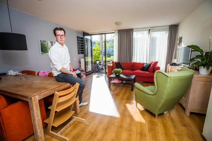 """Jorik Tuinman in zijn woonkamer. ,,Het is hier ideaal voor jonge gezinnen."""""""