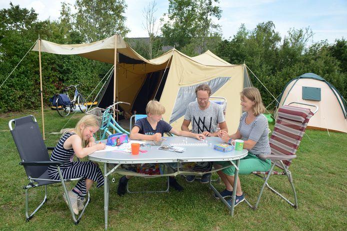 De familie vermaakt zich prima op camping de Heerlijkheid van Wolphaartsdijk.