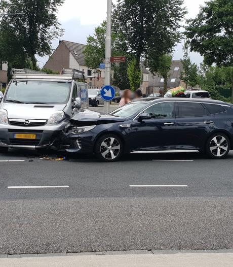 Auto en bestelbus beschadigd door botsing in Arnhem