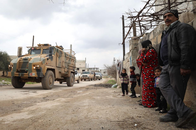 Een militaire konvooi op weg naar Idlib.