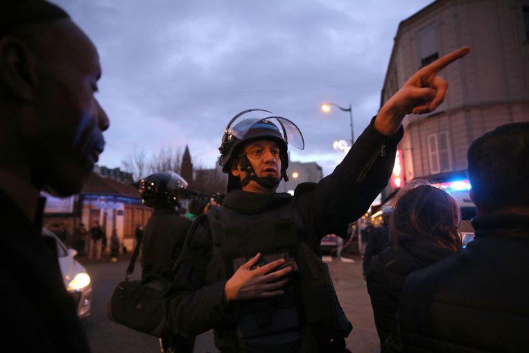 Een agent in de buurt van de supermarkt in Porte de Vincennes. Beeld getty