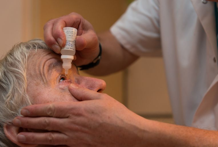 Een zelfstandig verpleegkundige druppelt het oog van een cliënt.  Beeld ANP XTRA Roos Koole