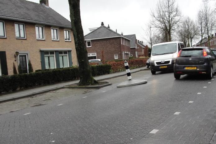 Dit verkeerspaaltje in de Veerstraat in Breugel staat door een aanrijding al scheef .