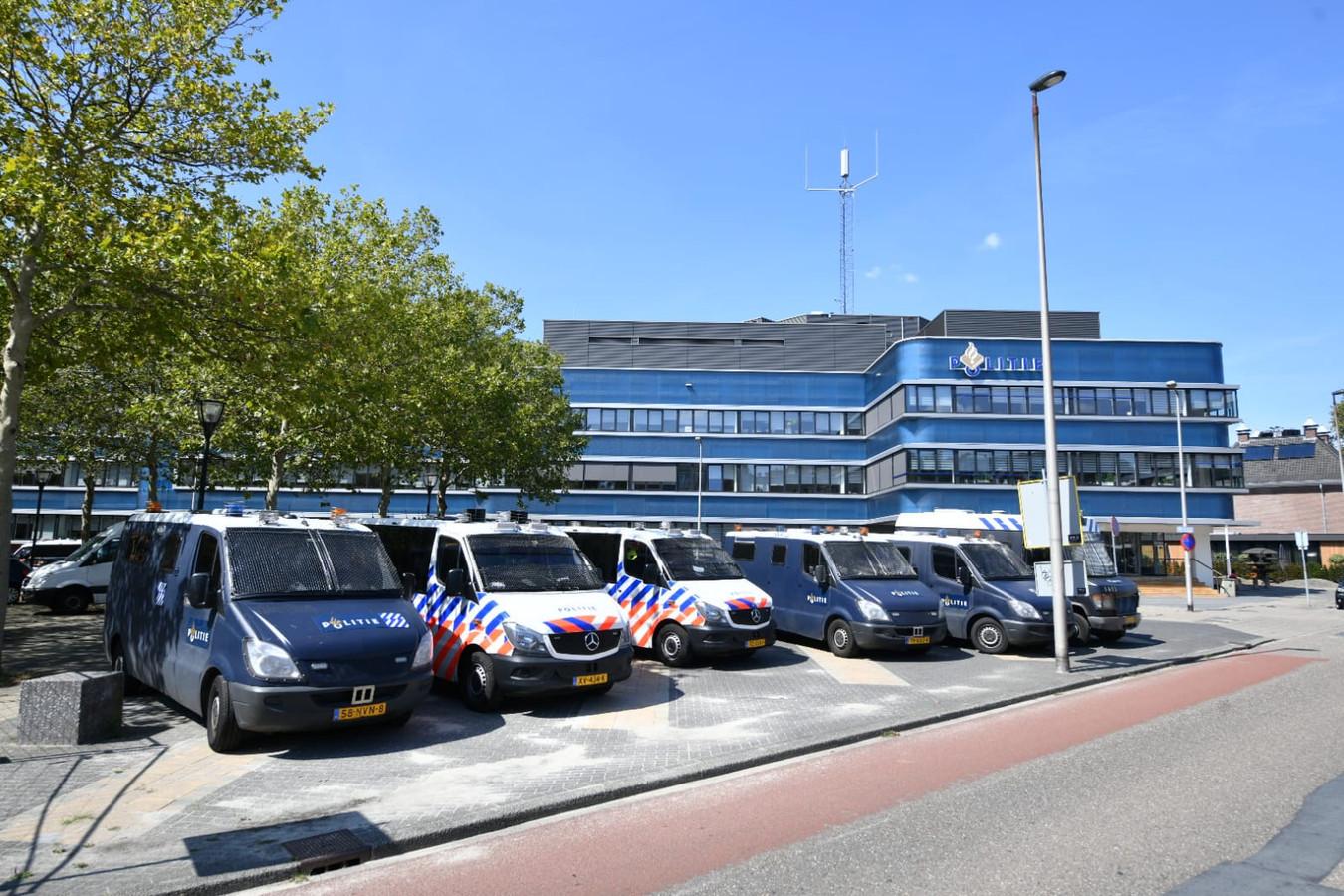 Veel politiewagens en ME-busjes voor het bureau aan de Hermandad