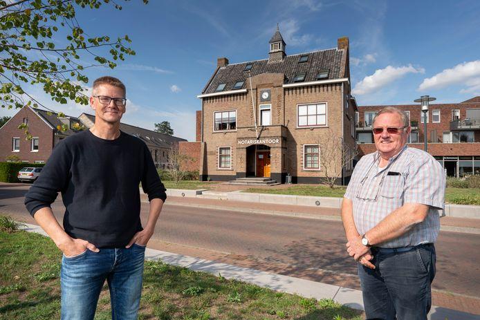 Bert en André van Wijlen bij het voormalige gemeentehuis van Sprang-Capelle, nu een notariskantoor.