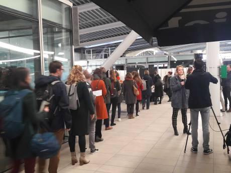 Kiezers in lange rij op Utrecht CS: 'Stem laten horen, juíst vanwege het tramdrama'