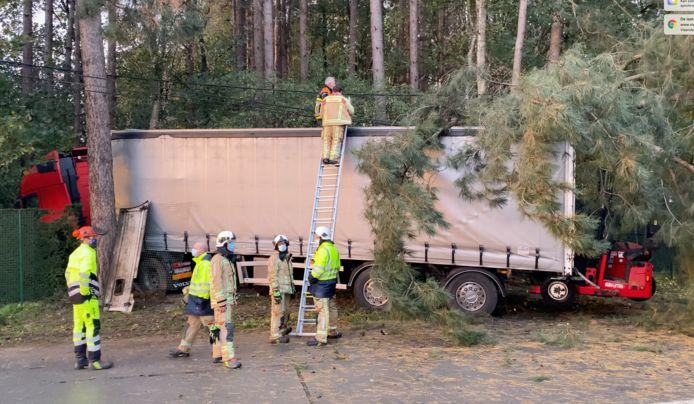 De vrachtwagen kwam na de aanrijding in de kant terecht.