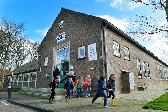 Het schooltje aan de Oudkerkseweg is met zo'n dertig leerlingen - verdeeld over twee klassen - een van de kleinste van Nederland.