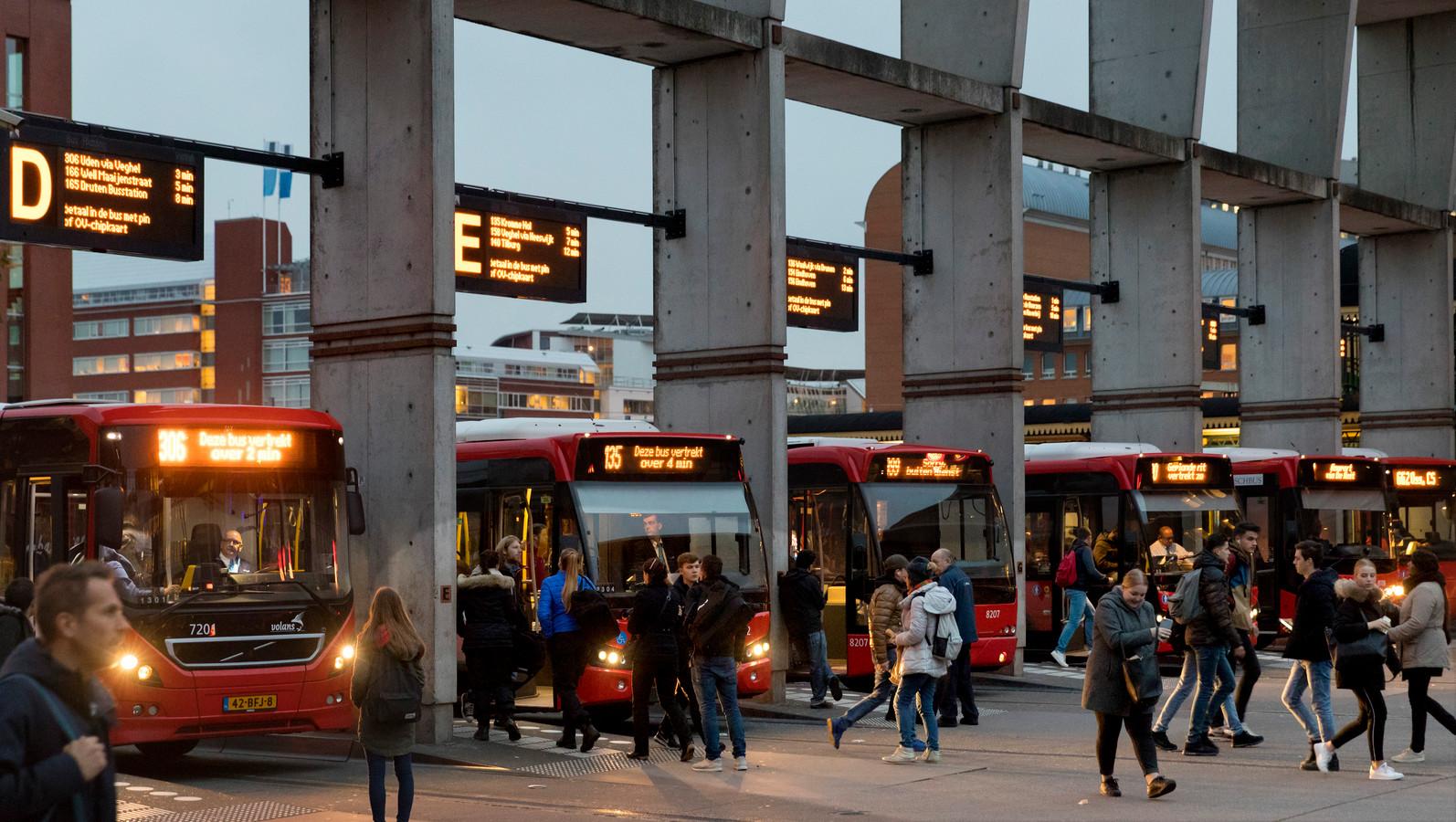 Bussstation met betonnen constructie waar de rijtijden op staan.