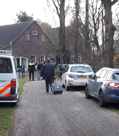 Twee hennepkwekerijen in Molenschot, drie verdachten schuilen achter hooiberg