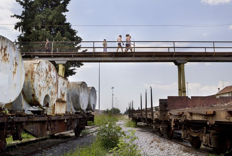 Verlaten treinen staan geparkeerd bij het station van Drama, Griekenland. Beeld Io Cooman