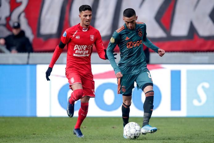 Rafik Zekhnini (links) vocht zondag nog duels uit in een volle Grolsch Veste met Hakim Ziyech. Maandagmiddag speelde hij met de beloften in Hengelo tegen Go Ahead Eagles.
