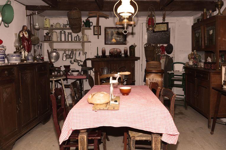 Ben en Leona bouwden in hun museum een keukentje uit vervlogen tijden na.