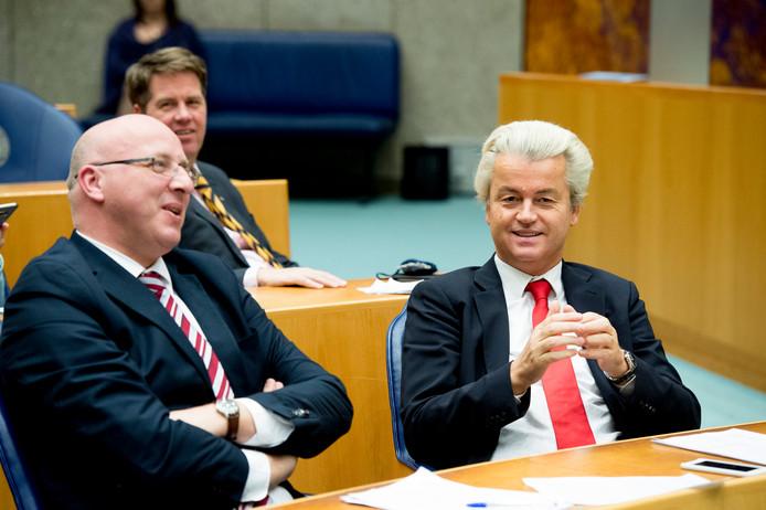 Kamerlid Sietse Fritsma zit naast zijn fractievoorzitter, Geert Wilders.