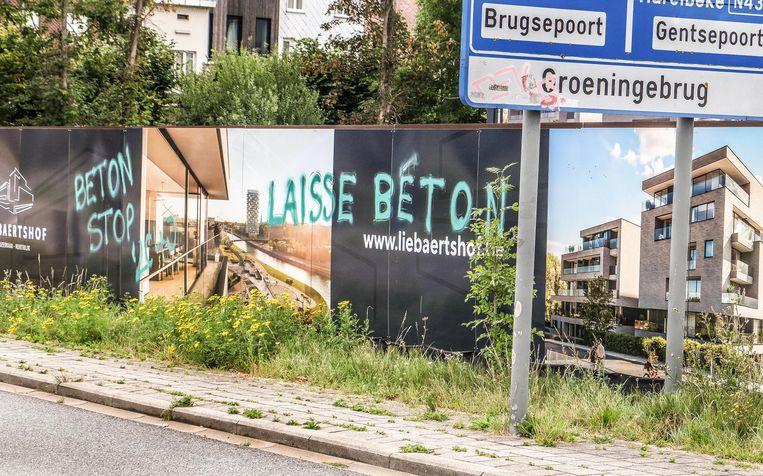 De graffiti op reclameborden van het Liebaertshof. In de IJzerkaai, niet ver van de Groeningebrug.