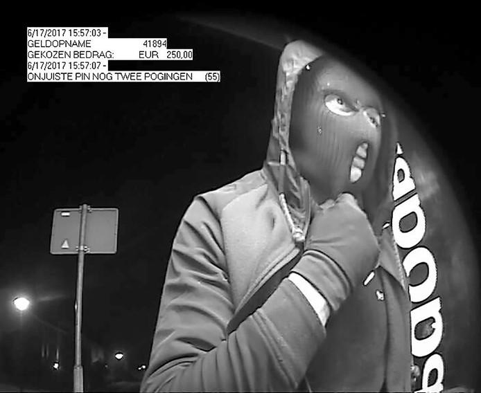 In de uitzending liet de politie een scherp videobeeld van de dader, de man met de knuppel, zien
