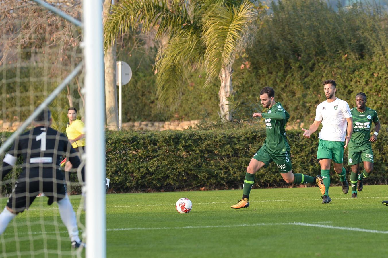 Giannis Mystakidis snelt een tegenstander voorbij in de oefenwedstrijd tegen Europa FC.